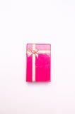 Roter Geschenkkasten mit Farbbandbogen stockbild