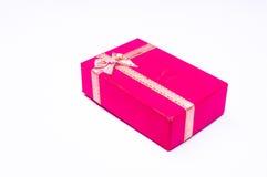 Roter Geschenkkasten mit Farbbandbogen lizenzfreies stockfoto