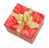 Roter Geschenkkasten mit Goldbogen Stockfoto