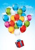 Roter Geschenkkasten und bunte Ballone Stockfotografie