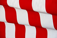 Roter gestreifter wellenartig bewegender Hintergrund Stockfotos