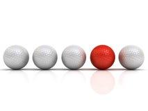 Roter Golfball unter weißen Golfbällen stehen heraus vom Mengenkonzept Lizenzfreie Stockfotos