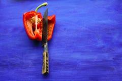 Roter grüner Pfeffer auf blauem Hintergrund Stockfoto