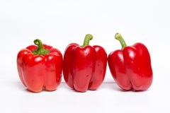 Roter grüner Pfeffer auf weißem Holztisch stockbild