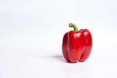 Roter grüner Pfeffer auf weißem Holztisch stockfotografie