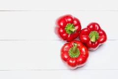 Roter grüner Pfeffer auf weißem Holztisch Beschneidungspfad eingeschlossen lizenzfreies stockfoto