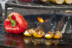 Roter grüner Pfeffer und Kartoffeln werden auf einem Grill gekocht Stockbilder