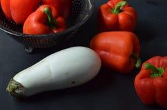Roter grüner Pfeffer und weiße Aubergine Stockfoto