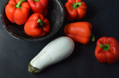 Roter grüner Pfeffer und weiße Aubergine Stockfotos