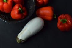 Roter grüner Pfeffer und weiße Aubergine Stockbild