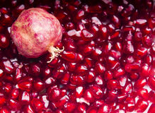 Roter Granatapfel mit roten Startwerten für Zufallsgenerator auf dem Hintergrund Lizenzfreies Stockbild