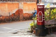 Roter großer Postbox bei Chiang Khan stockbild