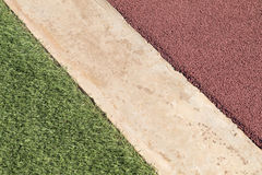 Roter Gummi-Wetpour-Spielplatzfußbodenbelag nahe bei Beton und Lizenzfreies Stockfoto