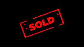 Roter Gummitintenstempel Sold unterzeichnet summen herein laut und summen heraus mit Transparenzhintergründen des Alphakanals lau stock footage