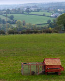 Roter Hühnerstall in ländlichem Nordirland-Ackerland Stockbild
