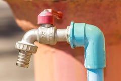 Roter Hahn mit Wasserleitungen Stockfotografie