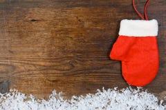 Roter Handschuh auf hölzernem Hintergrund Stockbild