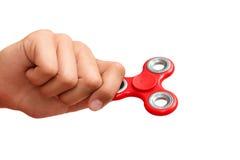 Roter Handspinner Junge, der einen populären Spielzeugunruhespinner in seiner Hand spielt Entspannung Antidruck und Entspannung a Lizenzfreies Stockfoto