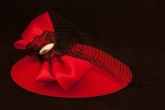 Roter Headwear mit Bogen und schwarzer Spitze Lizenzfreies Stockfoto