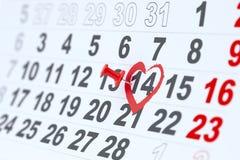 Roter heart-shaped Schmucksachegeschenkkasten und eine rote Spule auf einem Zeichen Stockbilder