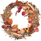Roter Herbstlaubkranz lokalisiert auf Weiß Stockfoto