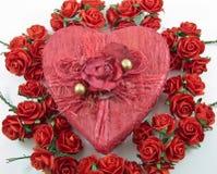 Roter Herzkasten mit stieg Lizenzfreie Stockbilder