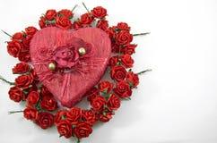 Roter Herzkasten mit stieg Stockfotos