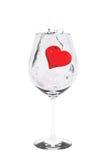 Roter Herztropfen in Weinglas Lizenzfreie Stockbilder