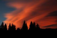 Roter Himmel in den Bergen Stockfoto