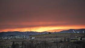 Roter Himmel-Sonnenuntergang Schöner bunter Sonnenuntergang über Graniar - Banska Bystrica, Slowakei, Mitteleuropa Schneebedeckte stockfotos