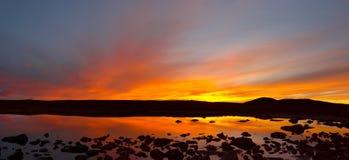 Roter Himmel und See. Lizenzfreie Stockbilder