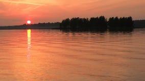 Roter Himmelflu? des Landschaftssch?nen goldenen Sonnenuntergangs Die Sonnesets hinter dem Horizont Ruhe und Ruhe stock footage