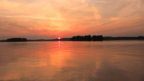 Roter Himmelflu? des Landschaftssch?nen goldenen Sonnenuntergangs Die Sonnesets hinter dem Horizont Ruhe und Ruhe stock video