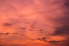 Roter Himmelhintergrund in der Dämmerung und in den Wolken im Sonnenuntergang stockbilder