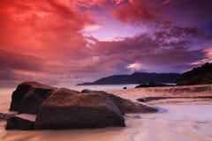 Roter Himmelsonnenaufgang am Strand Lizenzfreie Stockfotografie