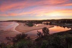 Roter Himmelsonnenuntergang über Narrabeen Lizenzfreie Stockfotos