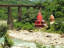 Roter hindischer Tempel auf dem Kangra-Fluss, Indien Stockbild