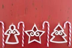 Roter Hintergrund der weißen Weihnacht mit verzierten Grenzen Stockfotos