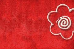 Roter Hintergrund mit Gänseblümchen Stockfotografie