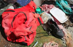 Roter Hoodie mit Fetzen im Obdachlosenasyl lizenzfreies stockbild