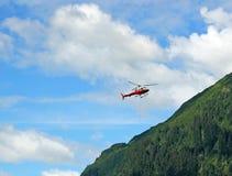 Roter Hubschrauber auf einer Rettungsaktion Stockfotografie