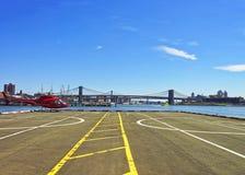 Roter Hubschrauber auf Hubschrauber-Landeplatz im Lower Manhattan von New York Stockfotografie