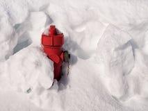 Roter Hydrant fast begraben im Schnee Stockfotos