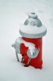 Roter Hydrant im Schnee Stockfotografie