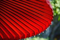 Roter japanischer Regenschirm Stockbilder