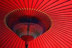 Roter japanischer Regenschirm Lizenzfreie Stockfotografie
