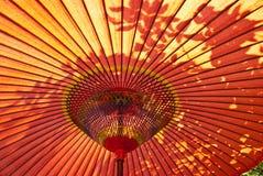 Roter japanischer Sonnenschirm Stockbild