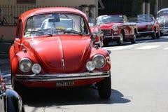 Roter Käfer der Weinlese geparkt auf der Straße Stockfoto