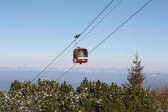 Roter Kabineaufzug in den Bergen Stockfotos