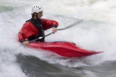 Roter Kajak im whitewater Stockfoto